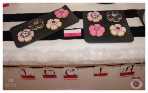 Mesa dulce primera comunion niña rosa, fucsia, blanco y negro. En carro (4)